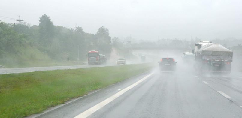 Direção sob chuva requer cuidados especiais dos motoristas